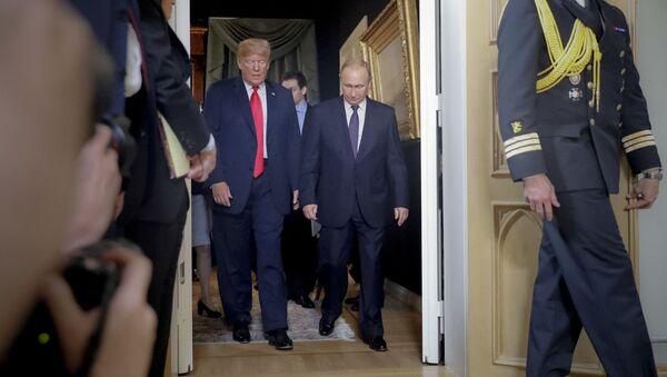 Президент Дональд Трамп (слева) и президент России Владимир Путин - Sputnik Тоҷикистон