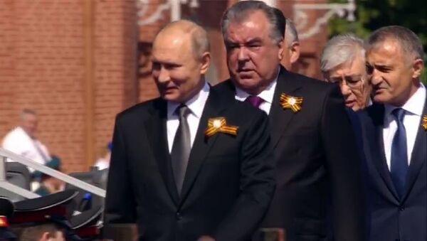 Путин с президентами СНГ и дружественных республик ветеранами на Красной площади - Sputnik Тоҷикистон