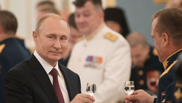 Президент РФ В. Путин посетил прием в Кремле в честь выпускников военных вузов - Sputnik Тоҷикистон