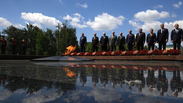 Президенты на церемонии возложения цветов к Могиле Неизвестного солдата - Sputnik Тоҷикистон