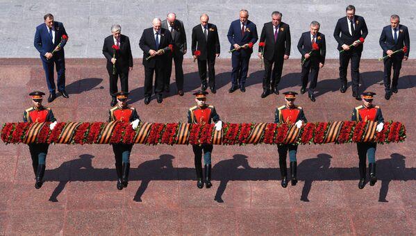 Президенты на церемонии возложения цветов к Могиле Неизвестного солдата - Sputnik Таджикистан