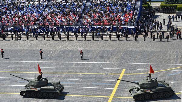 Танки Т-34-85 во время военного парада Победы - Sputnik Тоҷикистон