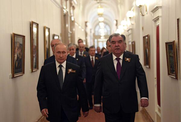 Президент России Владимир Путин и президент Таджикистана Эмомали Рахмон во время встречи в Кремле перед началом парада в ознаменование 75-летия Победы - Sputnik Таджикистан