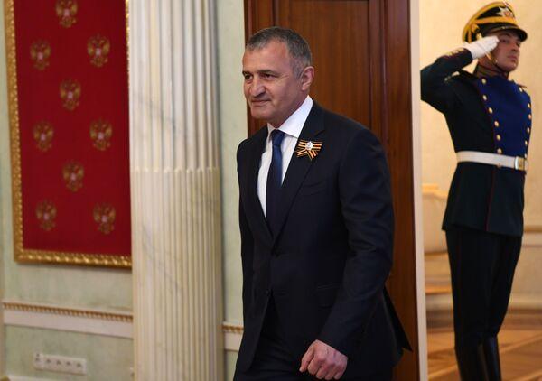 Президент Южной Осетии Анатолий Бибилов на встрече с Владимиром Путиным в Кремле перед началом парада в ознаменование 75-летия Победы - Sputnik Таджикистан