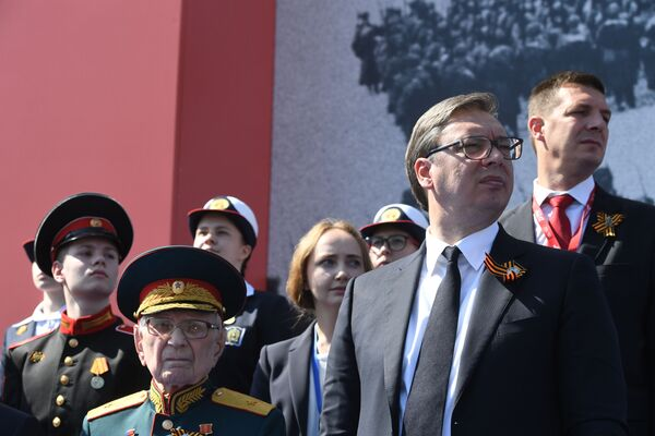 Президент Сербии Александр Вучич во время военного парада в ознаменование 75-летия Победы - Sputnik Таджикистан