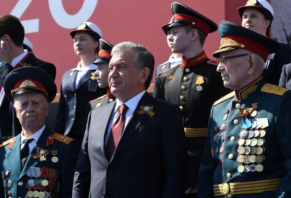 Президент Узбекистана Шавкат Мирзиеев во время военного парада  Победы в Москве - Sputnik Таджикистан