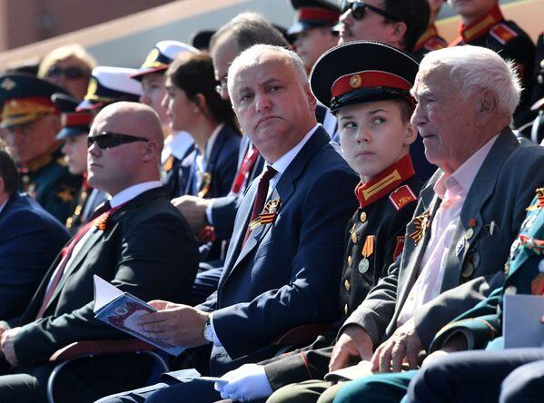 Президент Молдовы Игорь Додон во время военного парада в Москве - Sputnik Таджикистан