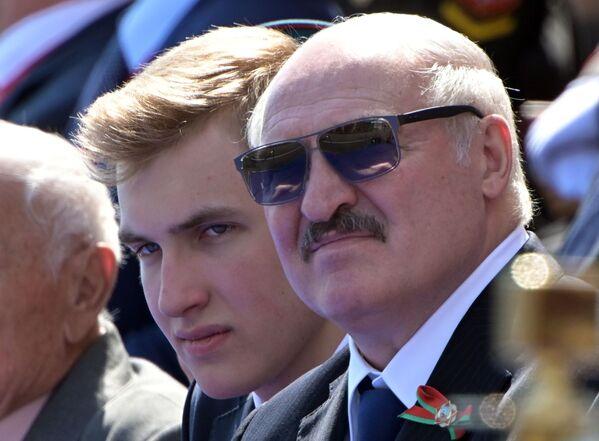 Президент Беларуси Александр Лукашенко с сыном Николаем во время военного парада - Sputnik Таджикистан