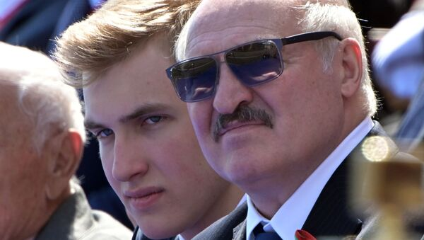 Президент Беларуси Александр Лукашенко с сыном Николаем (слева) во время военного парада - Sputnik Тоҷикистон