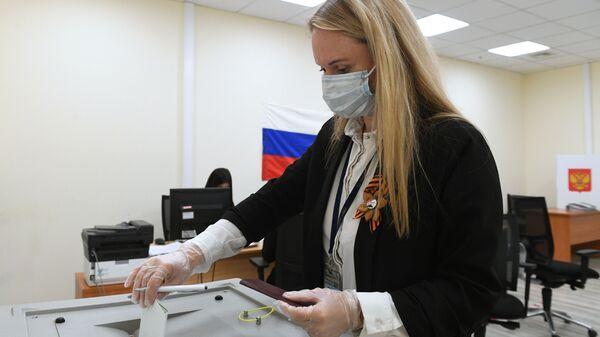 Голосование по внесению поправок в Конституцию РФ в Москве - Sputnik Тоҷикистон