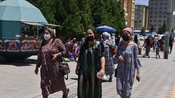 Люди в масках в городе - Sputnik Тоҷикистон