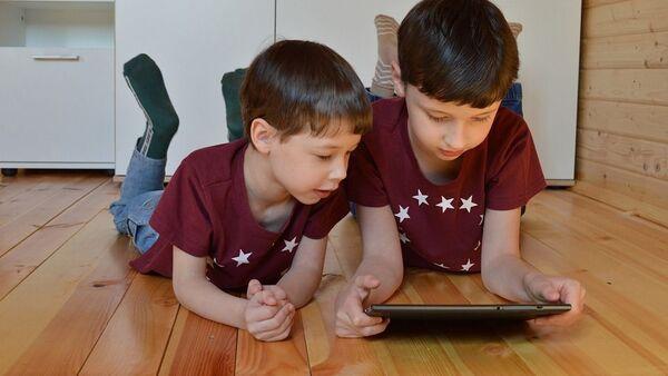 Дети  с планшетом - Sputnik Таджикистан