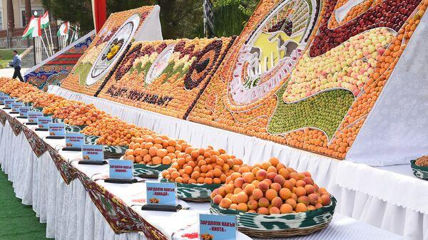 Урожай фруктов на выставке в Худжанде - Sputnik Таджикистан