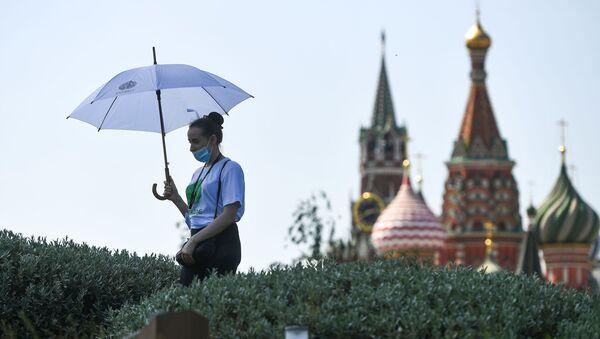 Девушка в природно-ландшафтном парке Зарядье в Москве - Sputnik Таджикистан