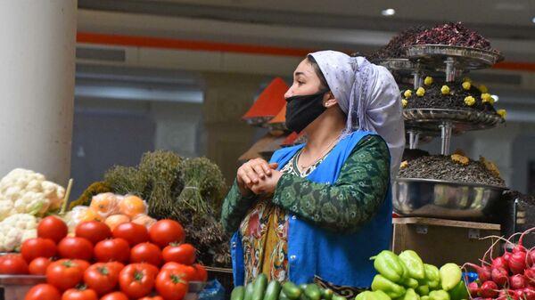 Продавец на рынке Менхргон - Sputnik Таджикистан