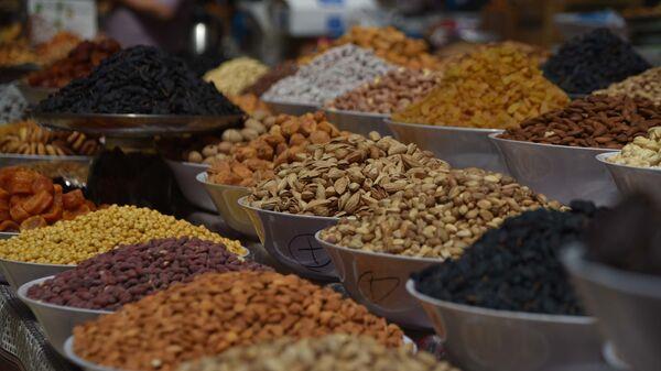 Орешки и сухофрукты на рынке - Sputnik Таджикистан