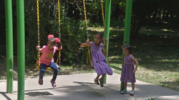 Дети играют в саду Ирам - Sputnik Таджикистан