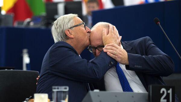 Председатель Еврокомиссии Жан-Клод Юнкер целует вице-председателя Еврокомиссии Франса Тиммерманса, 2017 год - Sputnik Таджикистан