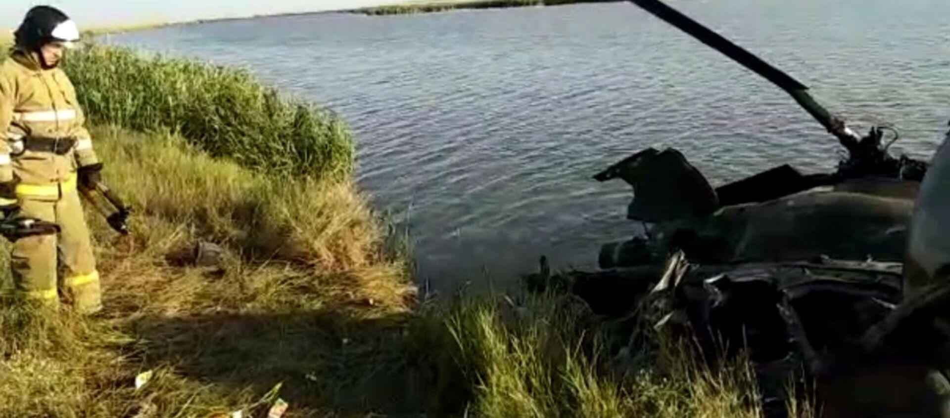 Видео с места жёсткой посадки вертолёта Ми-2 в Ростовской области - Sputnik Таджикистан, 1920, 06.07.2020