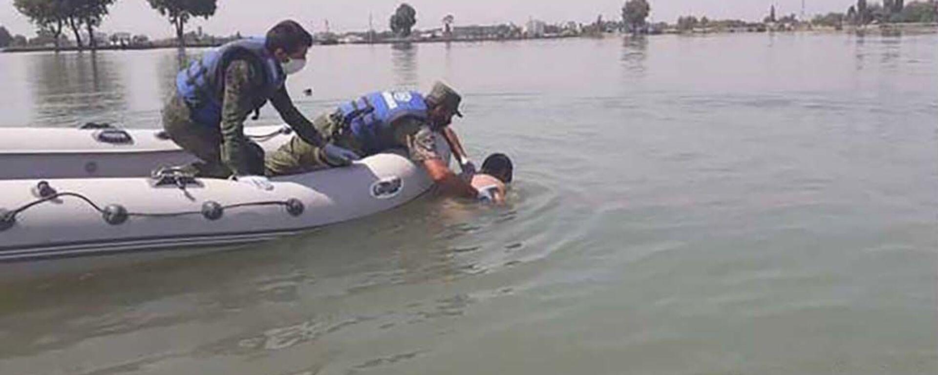 Спасатели КЧС Таджикистана достают тело утонувшего человека из молодежного озера - Sputnik Тоҷикистон, 1920, 25.05.2021