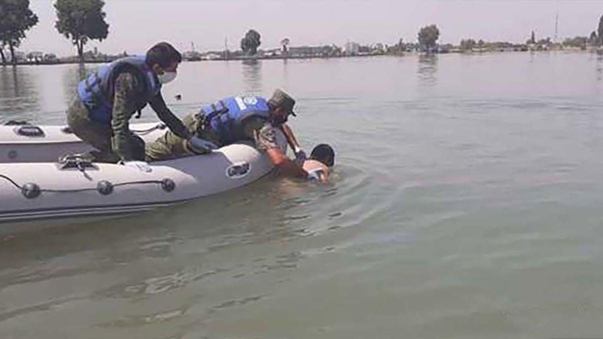 Спасатели КЧС Таджикистана достают тело утонувшего человека из молодежного озера - Sputnik Тоҷикистон, 1920, 14.04.2021