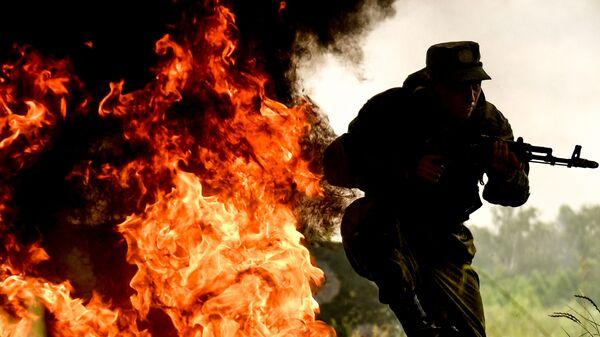 Военнослужащий мотострелкового полка Таманской дивизии на одном из полигонов Западного военного округа в Подмосковье - Sputnik Таджикистан