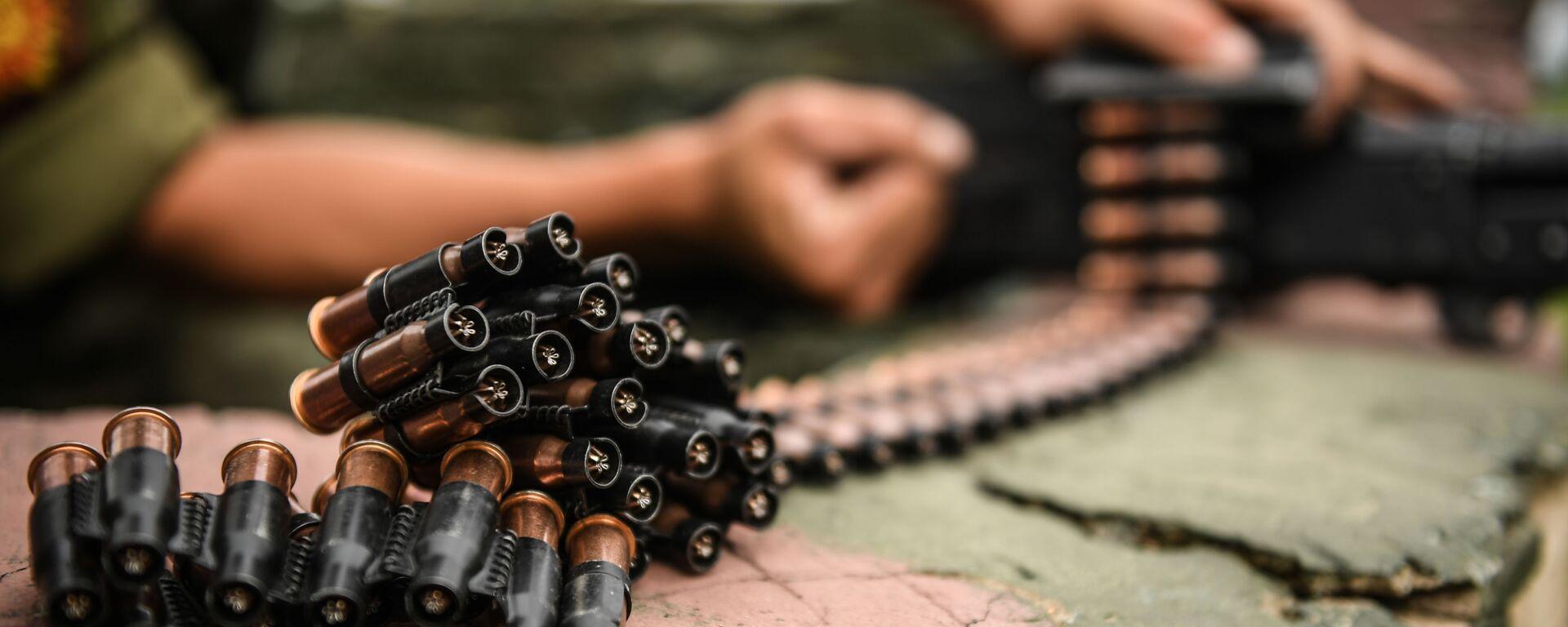 Военнослужащий мотострелкового полка Таманской дивизии снаряжает холостыми патронами  во время учений пулемет в Подмосковье - Sputnik Таджикистан, 1920, 08.06.2021