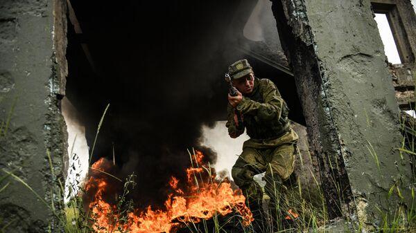Военнослужащий мотострелкового полка Таманской дивизии во время учений в Подмосковье - Sputnik Таджикистан