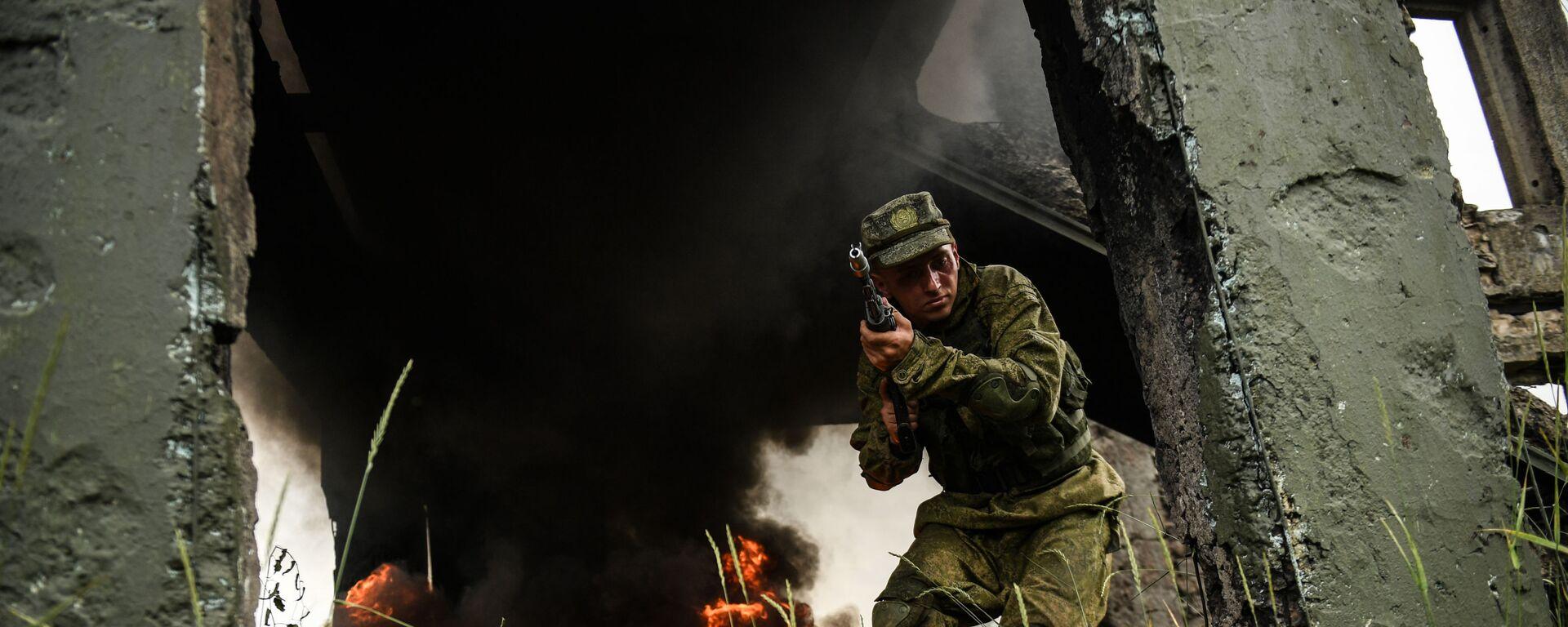 Военнослужащий мотострелкового полка Таманской дивизии во время учений в Подмосковье - Sputnik Таджикистан, 1920, 05.08.2021
