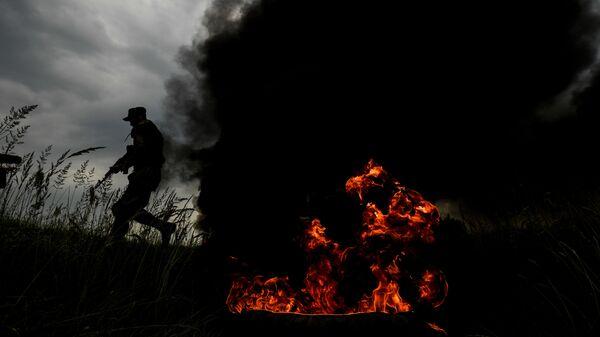 Военнослужащий мотострелкового полка Таманской дивизии на одном из полигонов Западного военного округа в Подмосковье во время учений - Sputnik Таджикистан